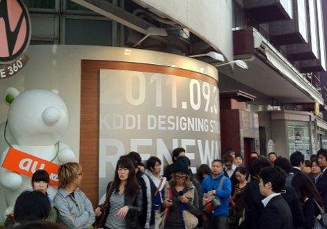KDDIデザイニングスタジオ(東京・原宿)前で『iPhone 4S』発売を待つ行列(午前7時45分撮影) (C)ORICON DD inc.