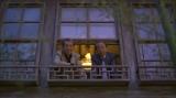 趣のある店の窓から顔を覗かせる高田と岸部
