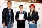 『イクメン オブ ザ イヤー 2011』表彰式に出席した(左から)員長のおちまさと氏、中山秀征、つるの剛士 (C)ORICON DD inc.