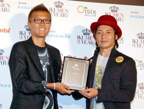 『イクメン オブ ザ イヤー 2011』を受賞したつるの剛士 (C)ORICON DD inc.