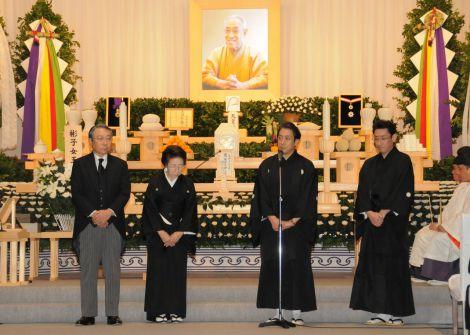 歌舞伎俳優・中村芝翫さんの葬儀告別式の様子 ※写真は左から、葬儀委員長の大谷信義氏、喪主の妻・中村雅子さん、中村福助、中村橋之助 (C)松竹