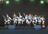 握手会イベントでファンに最新曲「風は吹いている」を初披露したAKB48(29日=東京・味の素スタジアム)