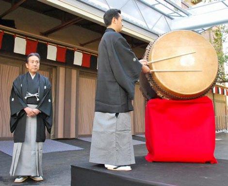 『平成中村座 十一月大歌舞伎』初日公演に先立ち、開幕を告げる一番太鼓の儀式に出席した中村勘三郎(左)と田中傳次郎 (C)ORICON DD inc.