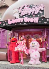 USJのキャラクター・モッピーの専門ショップ開店セレモニーに駆け付けた(左から)エルモ、ベッキー、モッピー