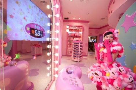 モッピーグッズの専門店『モッピーのラッキー・スポット』店内に用意された顔認証システムを活用した『ラッキー度診断』コーナー