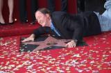 ハリウッドの星に抱きつくジョン・ラセター監督