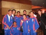 カンボジア国籍を取得し、『東南アジア競技大会』へカンボジア代表として出場が決まった猫ひろし(前列中央)