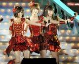 AKB48(左から前田敦子、篠田麻里子、小嶋陽菜)