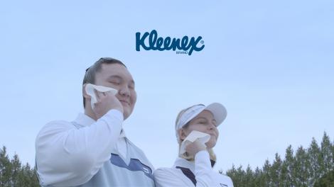 ゴルフウエアを着た白鵬(左)が『クリネックス アクアヴェール』の新CMに出演(CMカットより)