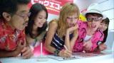 カラオケの申し込みをする一同(左から)具志堅、岡本あずさ、ローラ、藤森、松本あゆ美
