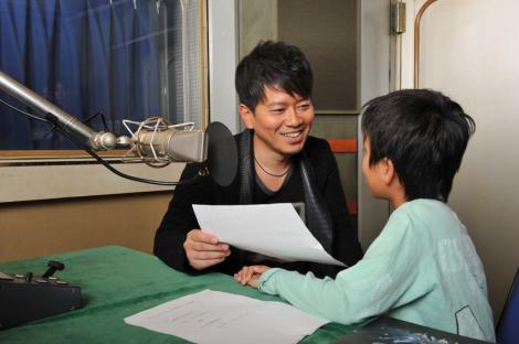 親子でCMナレーション収録に臨んだ宮迫博之とひとり息子・陸くん(右)