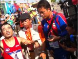 インドネシア・パレンバンで行われた『東南アジア競技大会』に出場した猫ひろし(左)