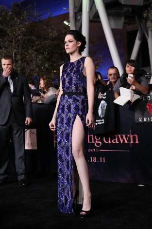 ドレスのスリットからのぞくナマ足がセクシーなクリステン・スチュワート