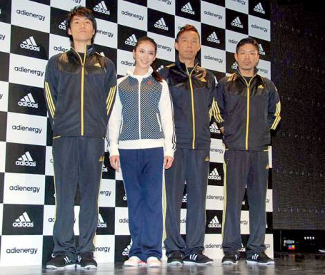 アディダス ジャパンの新トレーニングウェア『adienergy』の記者発表会に出席した(左から)EXILEのTETSUYA、武井咲、USA、MATSU (C)ORICON DD inc.