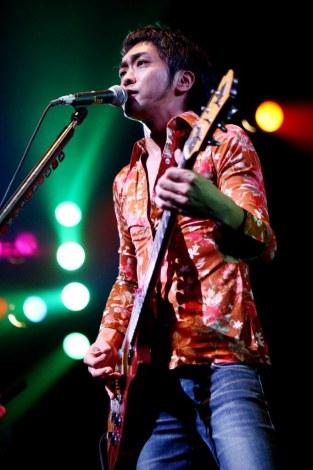 「2012年3月17日、赤坂BLITZでライヴやります。ZIGZOでした」と熱く復活を宣言したTETSU(Vo)[撮影:平沼久奈]
