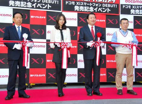 NTTドコモの新製品『Xiスマートフォン』発売開始記念イベントに出席した堀北真希(左から2番目) (C)ORICON DD inc.