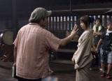大友啓史監督(左)は寝ぐせ隠しの頭の帽子がトレードマーク (C)和月伸宏/集英社 (C)2012「るろうに剣心」製作委員会