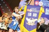 『AKB48紅白対抗歌合戦』の優勝旗を掲げる白組キャプテンの大島優子