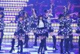 大賞曲「フライングゲット」を披露するAKB48 (C)ORICON DD inc.