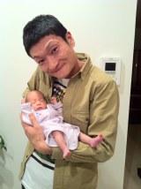 生まれた赤ちゃんを抱く加藤