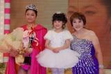 当日の受賞式の様子 (左から)グランプリを受賞した遠藤亜沙美さん、芦田愛菜、たかの友梨さん (C)ORICON DD inc.