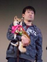 『マメシバ一郎3D』の初日舞台あいさつに登壇した佐藤二朗とマメシバの一郎
