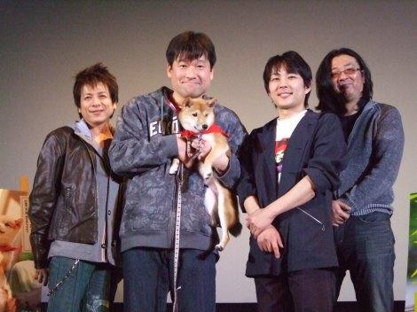 (左から)高橋直純、佐藤二朗、マメシバの一郎、高橋洋、亀井亨監督
