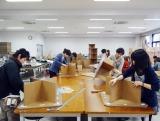 テーブル製作に取り組む、大阪工業大学工学部空間デザイン学科の学生たち