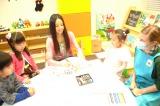 「ミリカ・ヒルズ」の体験型マンションギャラリーオープン日、キッズコーナーで子どもたちと触れ合うベッキー