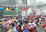 『東京マラソン2012』スタート直後の様子(26日午前9時10分・東京都庁前)