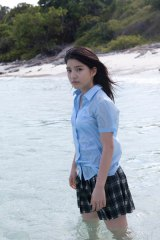 川島海荷の高校最後の記念版となる写真集『海風−umikaze−』のワンカット