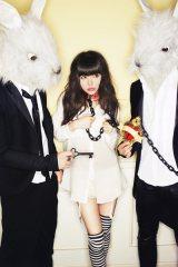 """""""Milky Bunny""""名義で歌手活動をする益若つばさ"""