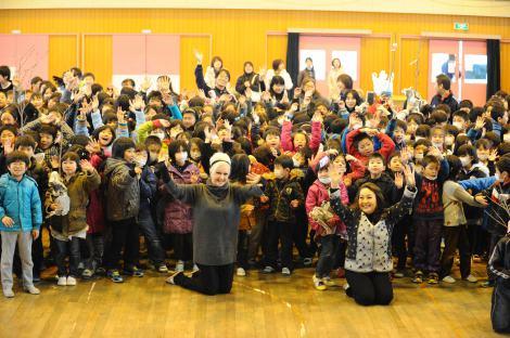 シンディ、石巻市立大街道小学校を訪問(oricon style)
