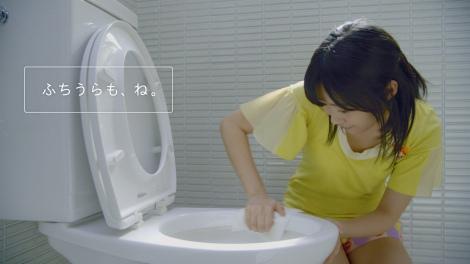 【CMカット】人生初のトイレ掃除に励むAKB48・指原莉乃(花王『トイレクイックル』の新CM「1枚でおそうじ体験」篇より)