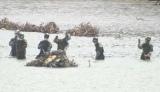宮城県石巻市・大川小学校付近で水に浸かりながら行方不明者を捜索する自衛隊の隊員たち(C)フジテレビ