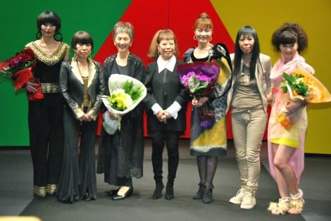 ファッションショー『東京コレクション』に出演した(左から)川崎亜沙美、コシノジュンコ、夏木マリ、コシノヒロコ、新山千春、コシノミチコ、安田美沙子 (C)ORICON DD inc.
