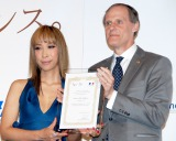 『FRANCE 2012年度観光親善大使』に任命された蜷川実花(左)とクリスチャン・マセ駐日フランス大使 (C)ORICON DD inc.