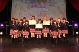 卒業証書を手にする松井愛莉、武藤彩未、三吉彩花(中央左から)