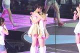 AKB48初のアリーナ公演の最終日は、前田敦子の卒業発表という史上最大のサプライズで終幕…(写真は高橋みなみと抱き合う前田敦子) (C)ORICON DD inc.