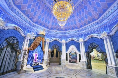 """TDL初の""""パーク内ウエディング""""『ディズニー・ロイヤルドリーム・ウェディング』で挙式会場となるシンデレラ城内の大広間「グランドボールルーム」 (C)Disney"""