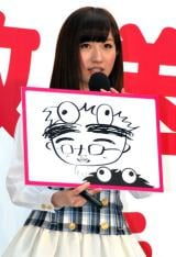 『NOTTV』開局記念セレモニーで秋元康氏の似顔絵を披露したAKB48・片山陽加 (C)ORICON DD inc.