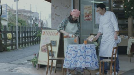 カゴメ『野菜生活100』の新CM「パン屋の夫婦」篇より