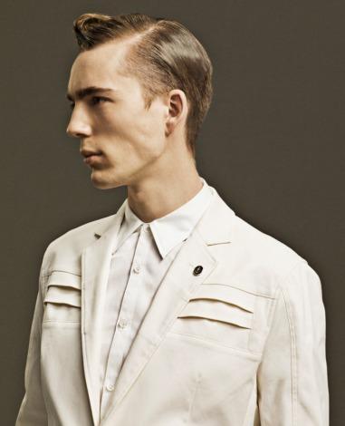 ガンダムの胸のエアダクトをプリーツによって表現したジャケット(3万3600円)(C)創通・サンライズ