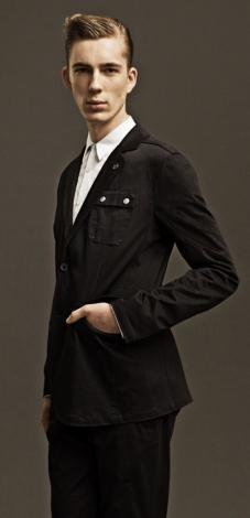 ガンダムの腕パーツを胸ポケットの切り替えで表現したジャケット(3万3600円)(C)創通・サンライズ