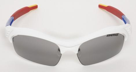 SWANSとコラボしたサングラス(2万6250円)(C)創通・サンライズ