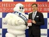 『ミシュランガイド北海道 2012 特別版』出版記念パーティーに登場したミシュランマンとデルマス社長 (C)MICHELIN201