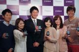 『タダスマ』サービス発表会で、製品を手にする大学生とサービスを提供するオーシャナイズ社の菅澤聡社長(中央) (C)ORICON DD inc.