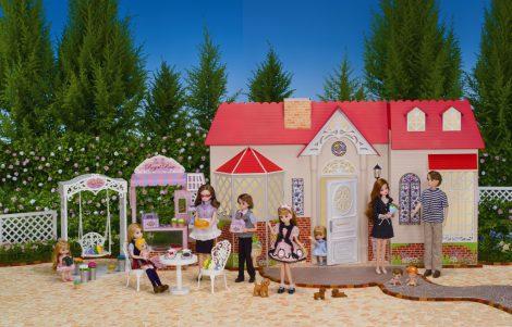 シリーズ開始45年目で初めて登場した、『リカちゃん』の母方の祖母・香山洋子(商品名『だいすきなおばあちゃん』)の家、『リカちゃんハウス グランドドリーム』(税込1万500円)(C)TOMY