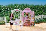 シリーズ開始45年目で初めて登場した、『リカちゃん』の母方の祖母・香山洋子(商品名『だいすきなおばあちゃん』)のお店、『お花がいっぱいケーキやさん』(税込3990円)(C)TOMY