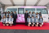 AKB48が被災3県に合計30台寄贈する「AKBus」をKスタ宮城でお披露目(中央左=宮城・山元町の平間英博副町長、中央右=同町企画財政課の高橋寿久課長)